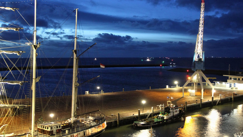 Hafenkran-Harlingen-hafenanlage-night